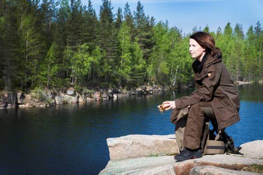 Ylivieskalainen, metsästystä harrastava Hilkka Hirvi luottaa metsällä ja maastossa Fjällrävenin laadukkaisiin ulkoiluvaatteisiin.