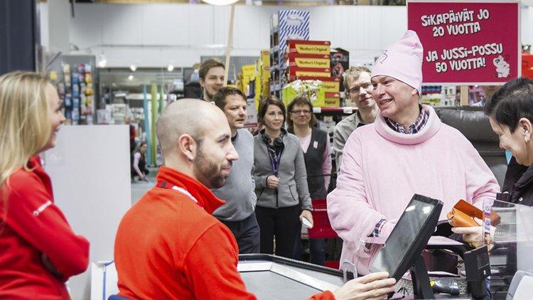 """Kärkkäisen perustaja Juha juhlii 50-vuotissynttäreitään! Henkilökunta muisti Juhaa hauskalla tempauksella pukemalla johtajalle possumaskotin puvun! Röh röh! """"Jussipossu"""" kiersi myymälää ja tapasi asiakkaita ja henkilökuntaa makeisia jakaen!"""