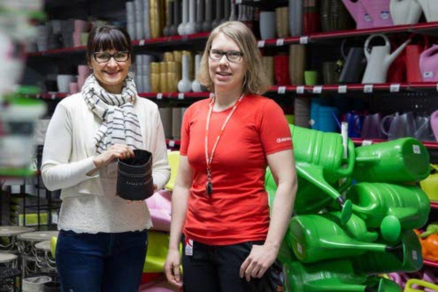 Kärkkäisen puutarhaosaston tuotepäällikkö, ostaja Marjaana sekä puutarhaosaston myyjä Liisa iloitsevat suomalaisten kaiken aikaa kasvavasta puutarhaharrastuksesta.