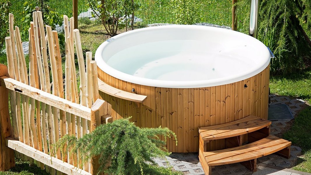 Palju eli kylpytynnyri mahdollistaa luksuksen omalla pihalla.
