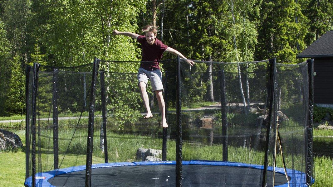 Jättitrampoliinit ja muut trampoliinit kuuluvat kesään.