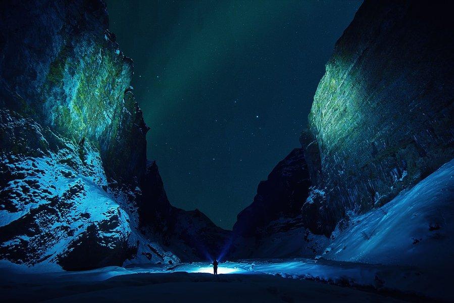 Pimeässä on tärkeää nähdä ja näkyä.