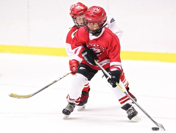 Luistimet jäähän! Erilaiset jääurheiluharrastukset vetävät lapsia ja nuoria.