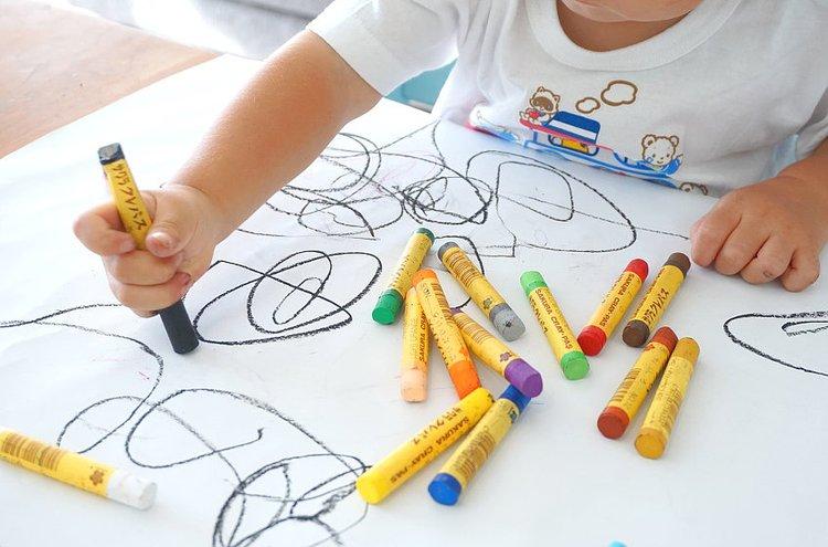 Lapset voivat sadepäivinä piirtää ja pelata sisällä.