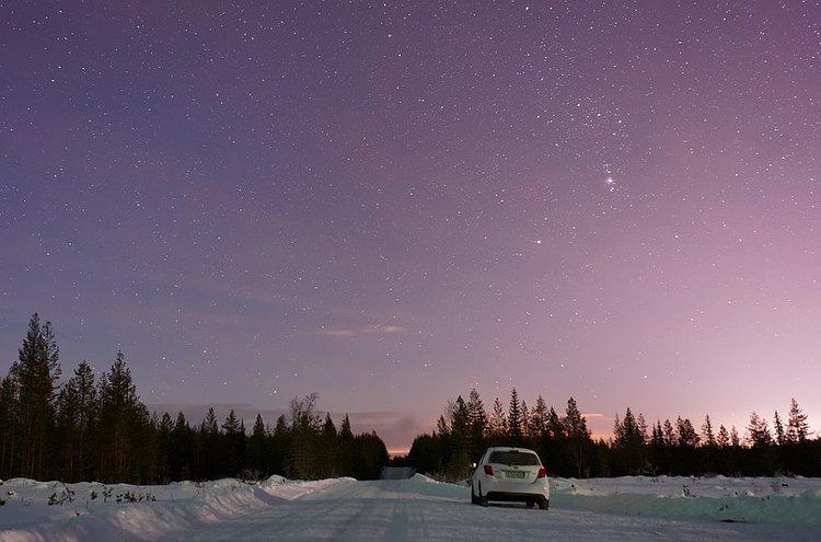 Talvirenkaat, lämmityslaitteet, voiteluöljyt ja jäänestoaineet tekevät talviautoilusta turvallista ja mukavaa.