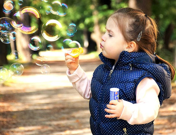 Lelut eli leikkikalut ovat lapsille tärkeitä.