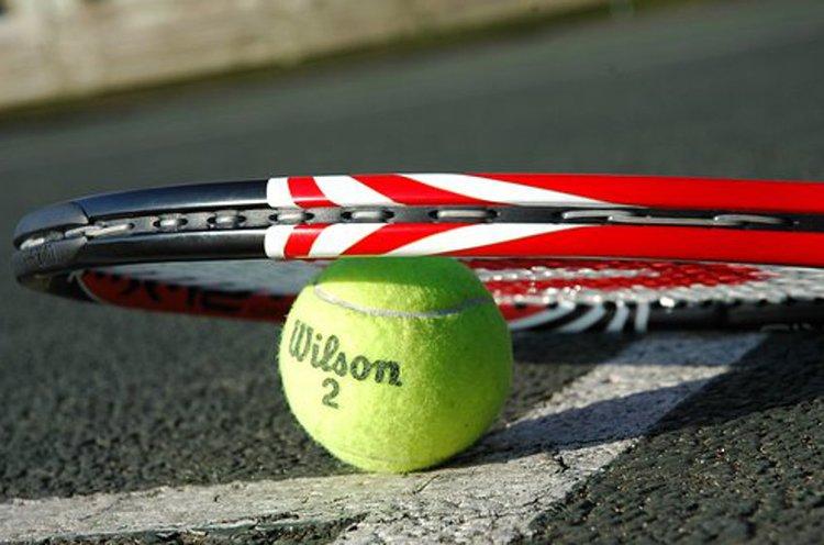 Hyvä tennismaila helpottaa pelin kulkua.