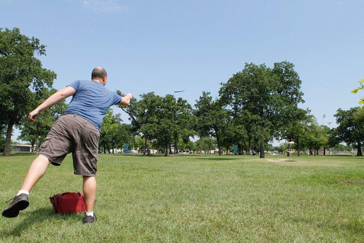 Frisbee leijailee kohti koria.