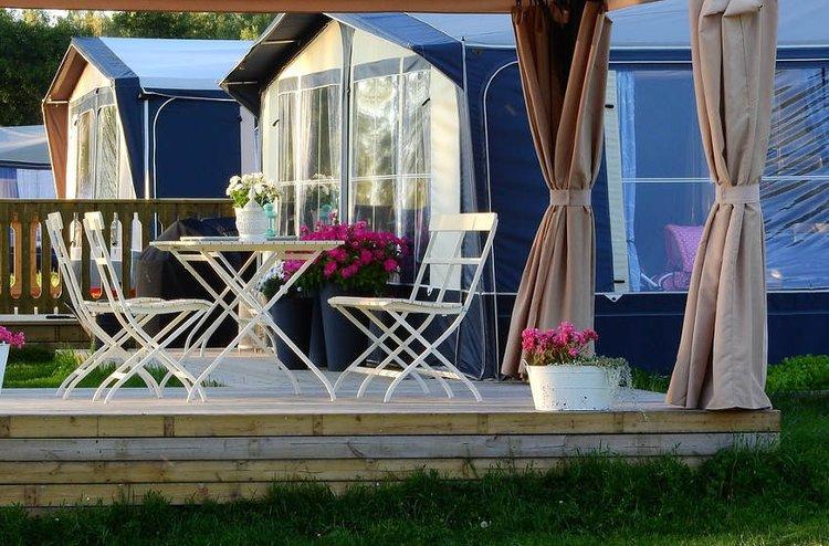 Camping-kalusteet tuovat mukavuutta leiriytymiseen.