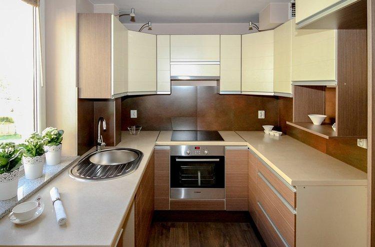 Pienen keittiön pikaremontti onnistuu hetkessä D-C-Fixin avulla.