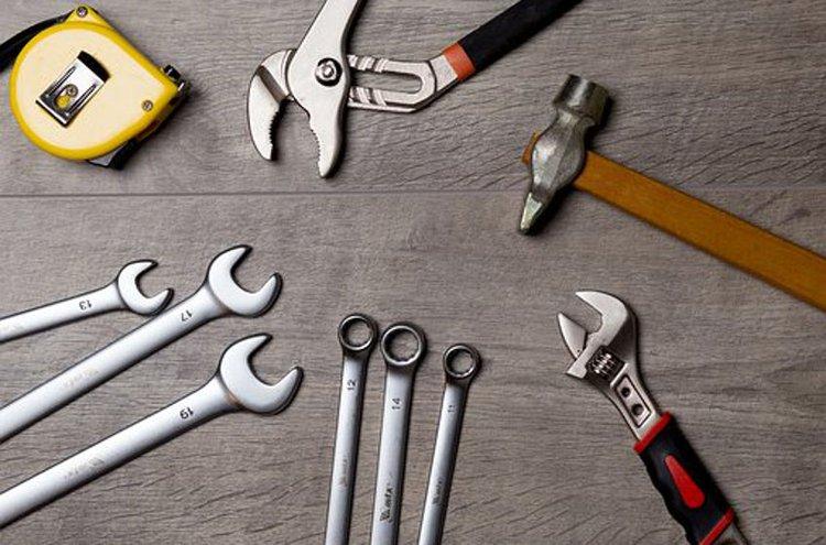 Kodin työkalupakkiin kannattaa valita muutamat välttämättömimmät käsityökalut.