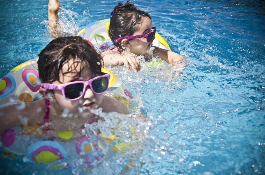 Uiminen on lasten kesän suosikkiharrastus. Varttuneempi väki viihtyy myös vauhdikkaampien vesiurhelulajien parissa.