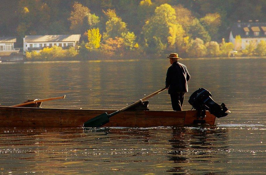 Veneen moottori tuo vauhtia vesille. Suositus on, että liian pientä moottoria ei kannata veneeseen asentaa.
