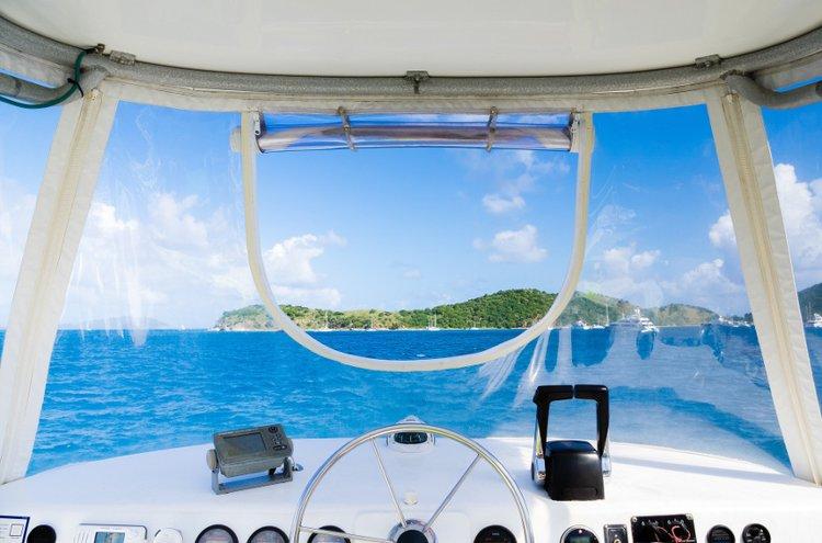 Kipparin on tunnettava säännöt vesillä liikkumiseen. Veneen ohjaus on syytä tarkistaa vuosihuollon yhteydessä.