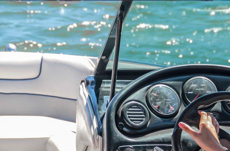 Veneen sähkölaitteet tarvitsevat jatkuvasti virtaa. Huoleton veneily vaatii hyvät esivalmistelut, esimerkiksi veneen akkujen osalta.