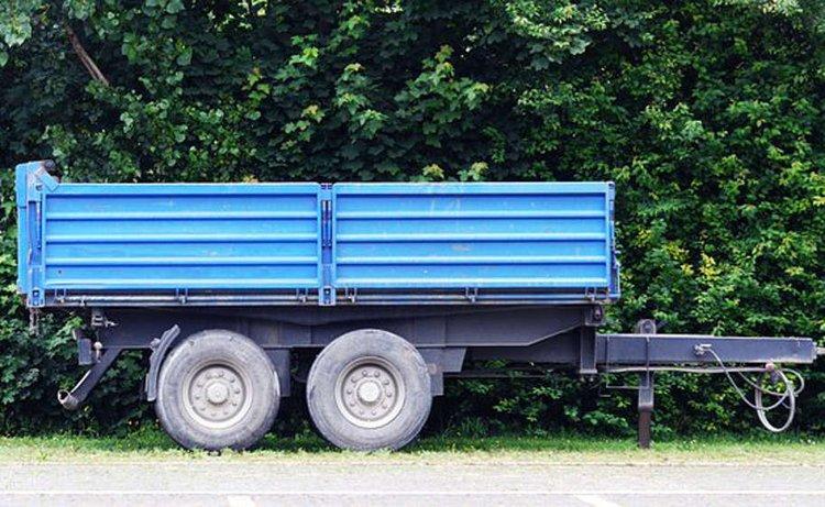 Mönkijän perävaunu on oiva apu kuljetuksessa.