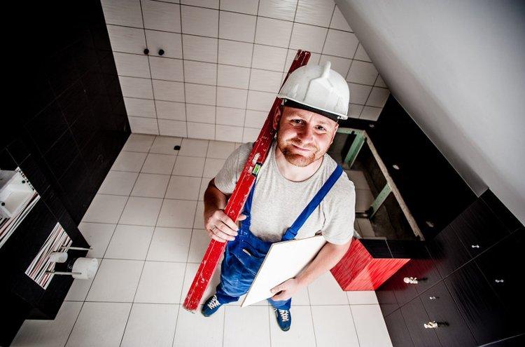 Laatoitus voi tuntua haasteelliselta, mutta onnistuu tarkalla suunnittelulla ja hyvillä työkaluilla. Kylpyhuoneen remontoinnissa tärkeintä on huolellinen vedeneristys.