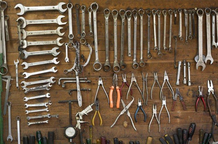 Työkalut säilyvät parhaiten seinätelineessä tai niille varatussa säilytyskaapissa.