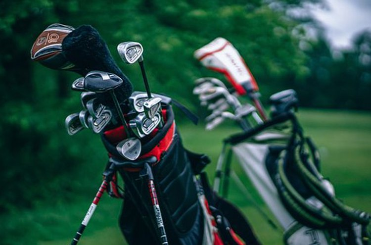 Golfbägi kuljettaa mailat ja muut golfvarusteet kätevästi.