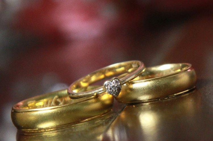 Kultainen koru on klassinen valinta. Kultakoru säilyttää arvonsa vuosikymmenestä toiseen.