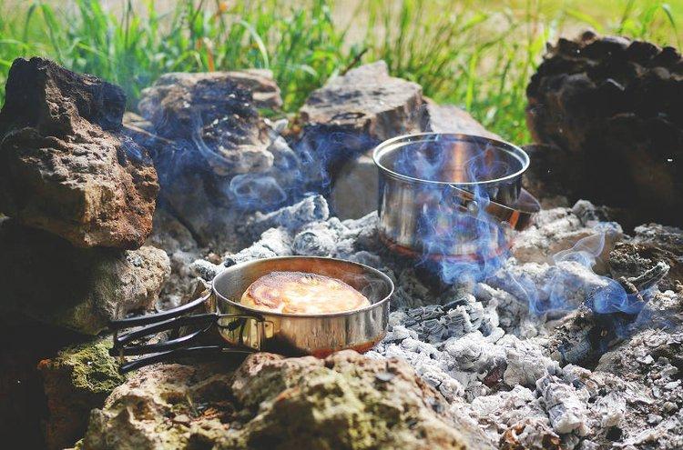 Retkiruokailu onnistuu nuotiolla tai retkikeittimellä. Luonnossa liikkuminen nostaa ruokahalua.