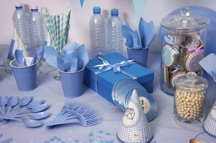 Paperikoristeilla ja kertakäyttötuotteilla voi helposti järjestää pienet juhlat vaikka pihalle.