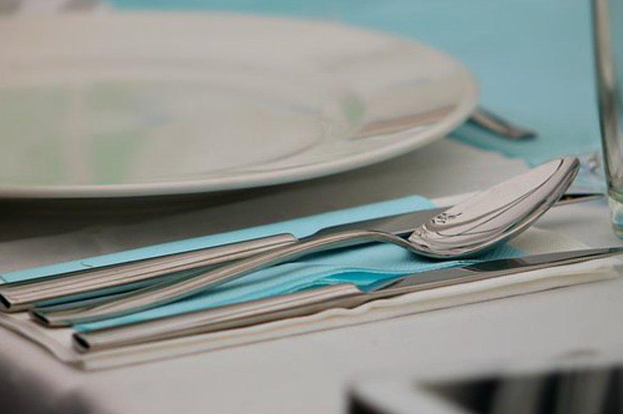 Kauniit aterimet kruunaavat kattauksen.