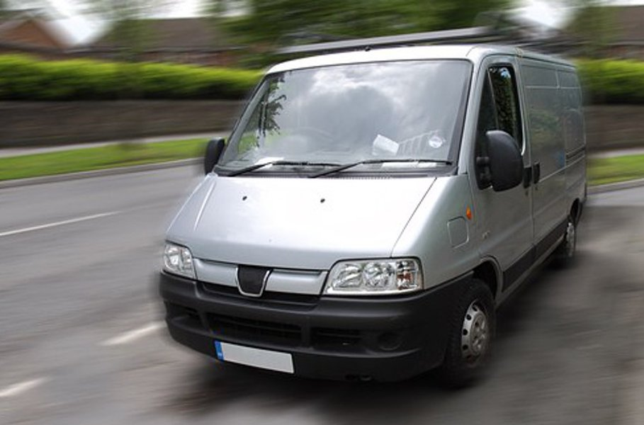Huolellisesti kiinnitetyt pakettiauton hyllyt pitävät tavarat järjestyksessä kovassakin vauhdissa.