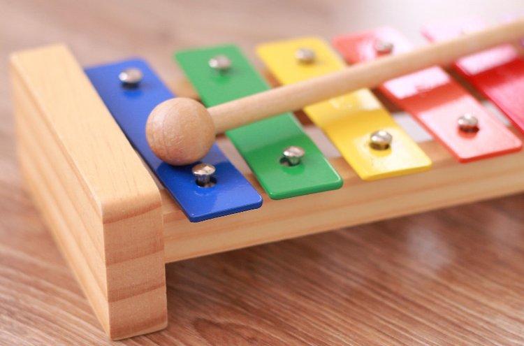 Pienet lapset rakastavat kirkkaita värejä ja äänteleviä leluja.