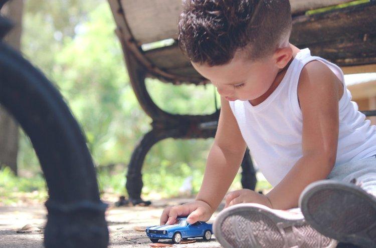 Lapset rakastavat leikkiä autoilla, mutta niissä matkustaminen ei välttämättä ole lempipuuhaa.