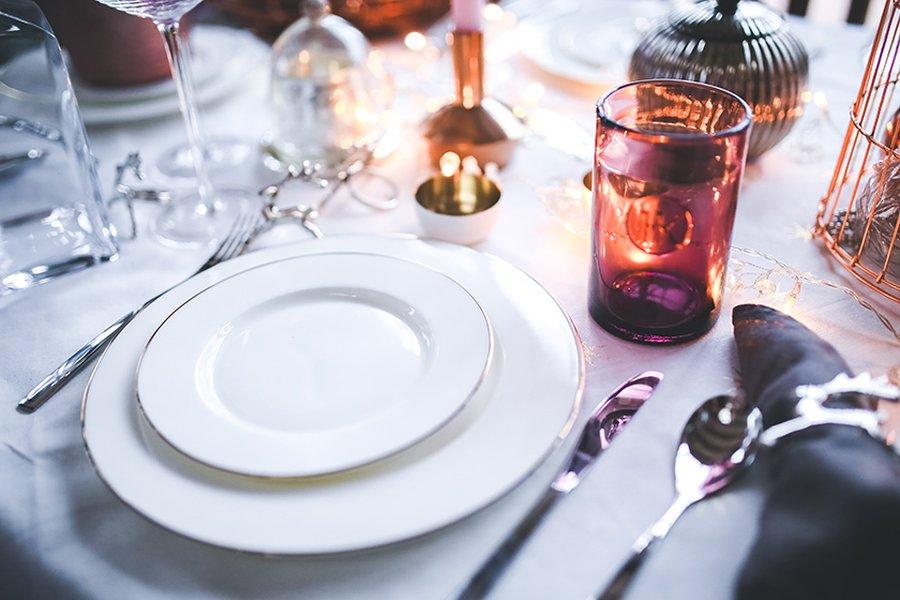 Kauniit astiat ovat tärkeä osa juhlapöytää.