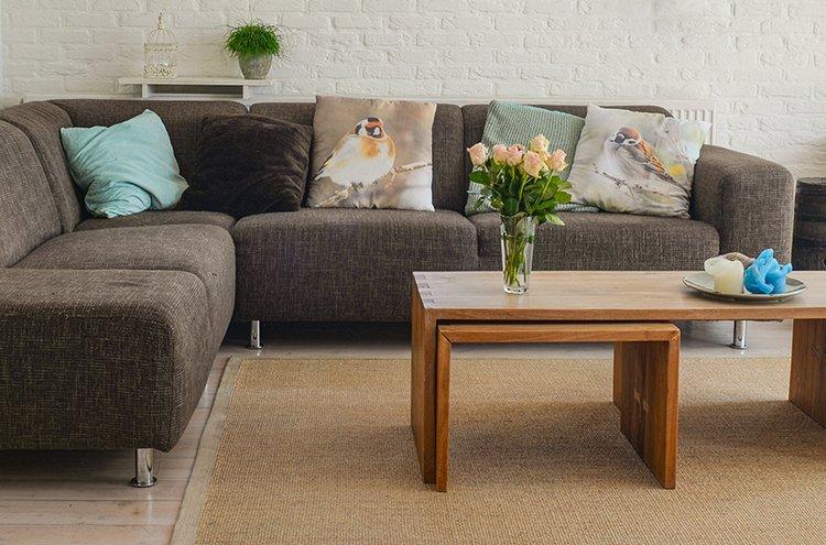 Olohuoneesta saa viihtyisän yhdistämällä mieleisensä sohvan ja sohvapöydän ryhmäksi.