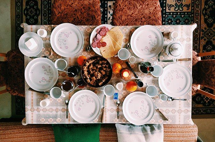 Ruokapöydän ympärille on mukavaa kokoontua ystävien kanssa nauttimaan ruuasta ja kertomaan kuulumisia.
