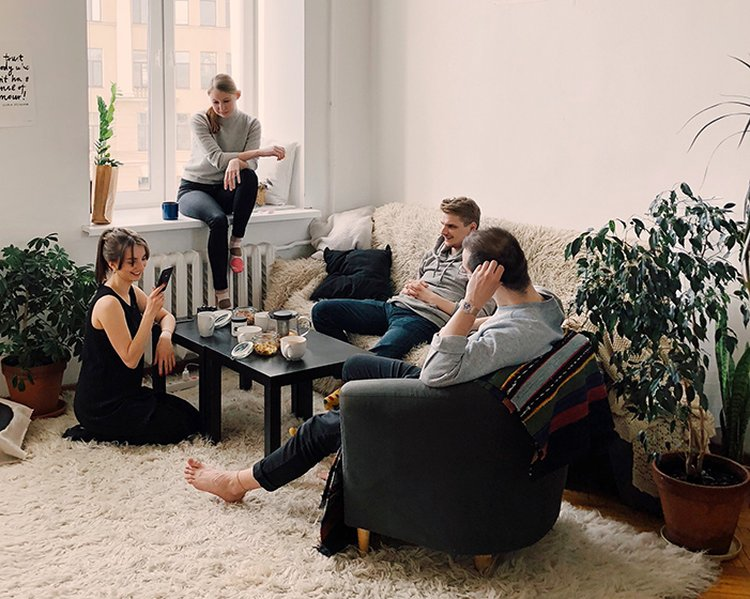 Sohvaryhmä kokoaa ihmiset rentoon yhdessäoloon.