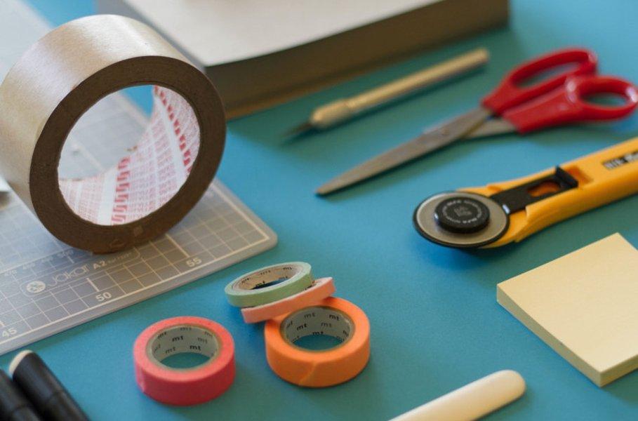 Sekä työpaikalla että kotona  erilaiset toimistovälineet auttavat pitämään tärkeät paperit ja tositteet järjestyksessä ja helposti saatavilla.