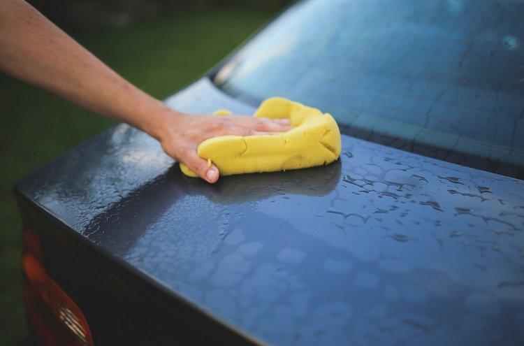 Auton pesu ja kiillotus saavat vanhankin auton kiiltämään.