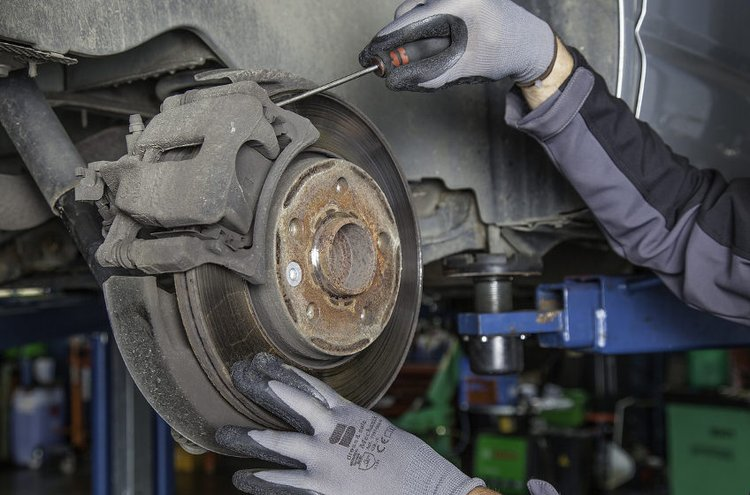 Kunnolliset korjaamotyökalut tekevät auton korjaamisesta helpompaa.