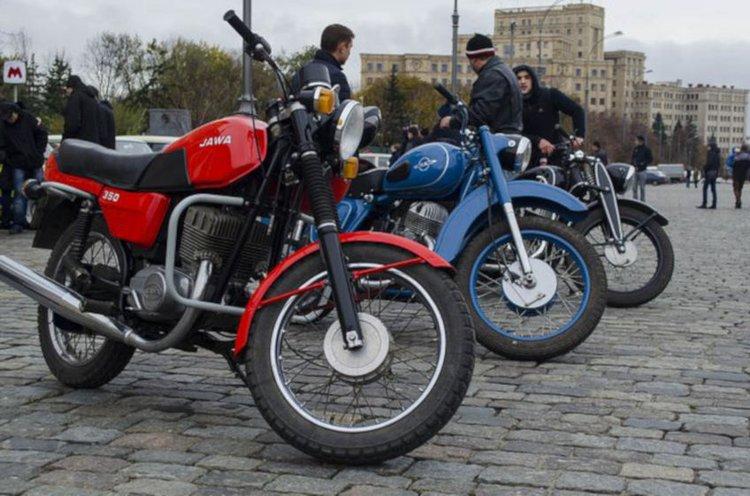 Moottoripyörät keräävät ihmisiä yhteen.