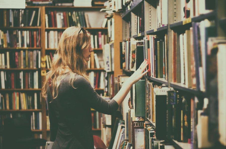 Kirjastot kannustavat meitä lukemaan kirjoja.