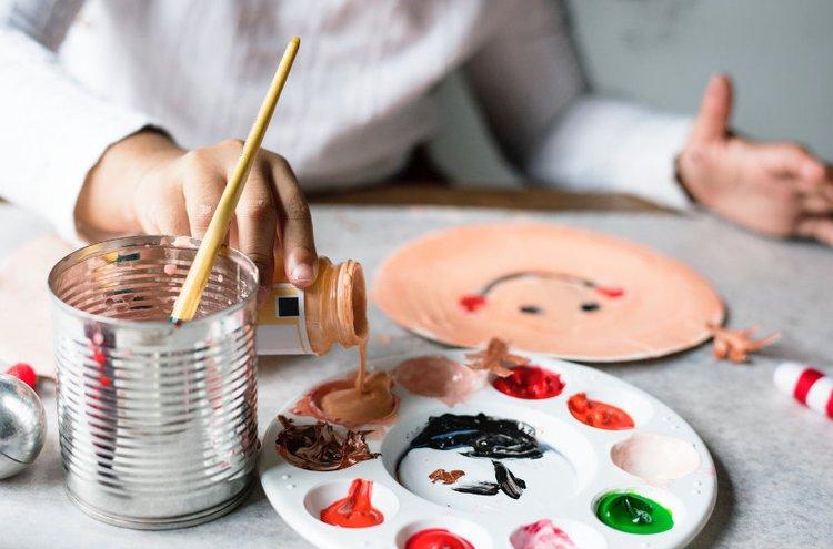 Askartelukirjat innostavat niin aikuisia kuin lapsiakin nostamaan pahvit ja värit pöydälle.