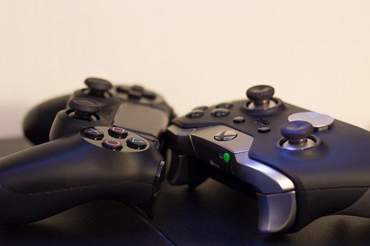 Peliohjaimet ovat hiukan erilaisia pelikonsolista riippuen.