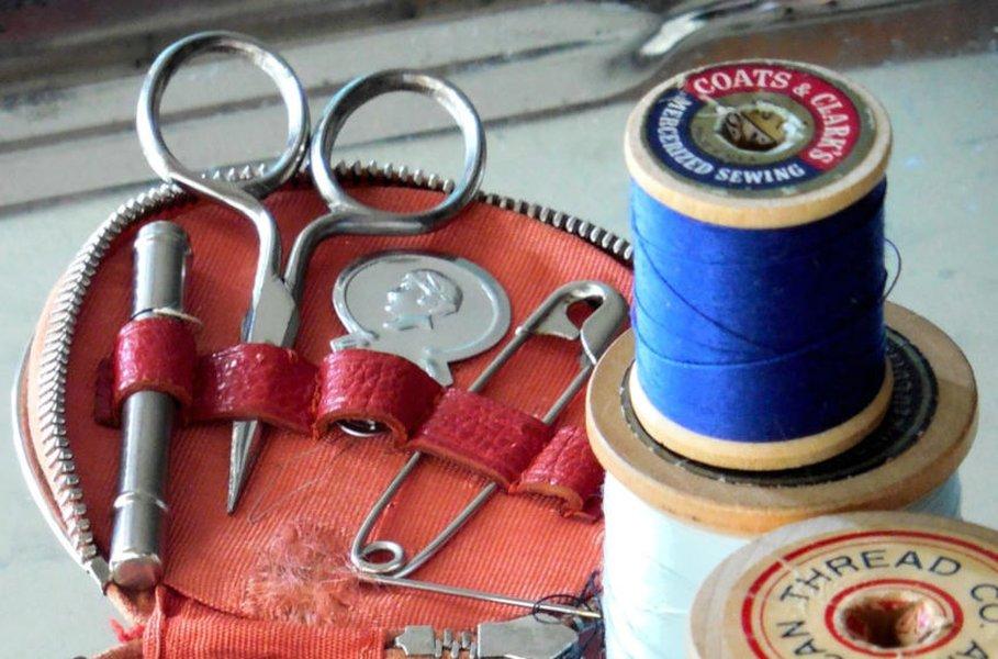Pidennä suosikkivaatteittesi käyttöikää, toteuta rakasta käsityöharrastustasi tai aloita uusi harrastus juuri sinun tarkoituksiisi parhaiten sopivien käsityötarvikkeiden avulla!