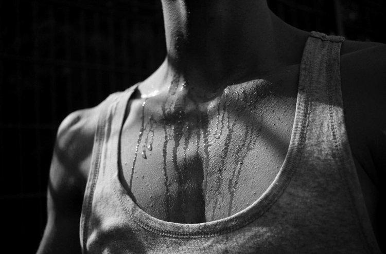 Deodorantti häivyttää hien nostamaa ikävää hajua. Antiperspirantti puolestaan vähentää hikoilua.