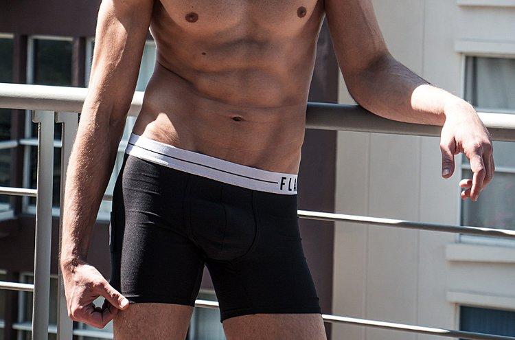 Miesten alushousissa näkyvät muotivirtaukset. Tämän päivän trendinä ovat niin tekniset ominaisuudet, luonnonkuidut kuin neutraalit väritkin.