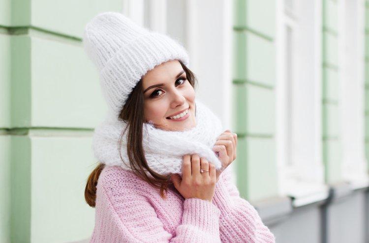 Asusteet tuovat vaihtelua ulkoilutyyliin. Muhkea pipo tai huivi ovat lämpimiä keinoja talven viimaa vastaan.