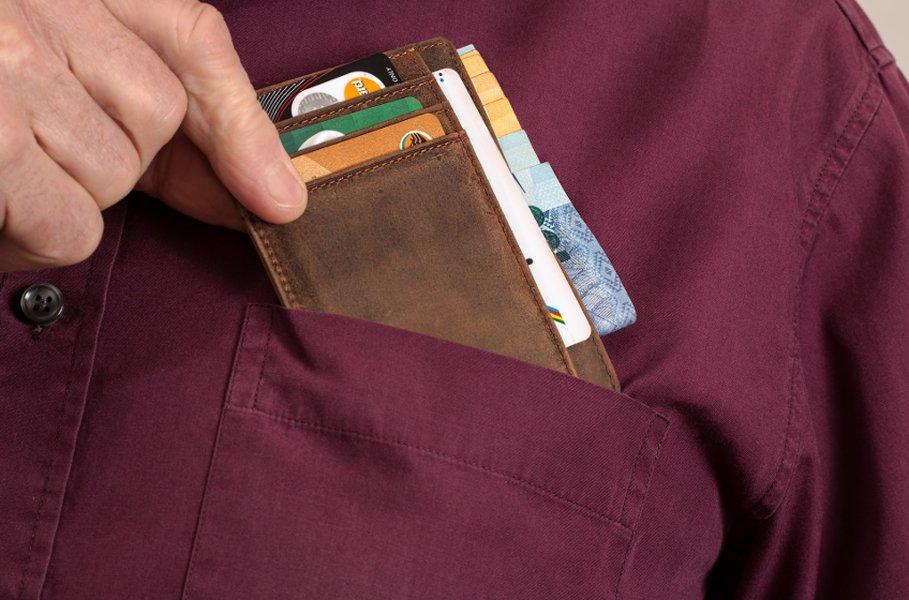 Miesten lompakon täytyy olla tarpeeksi tilava korteille ja käteiselle rahalle, mutta riittävän tiivis kätkeytyäkseen taskuun.