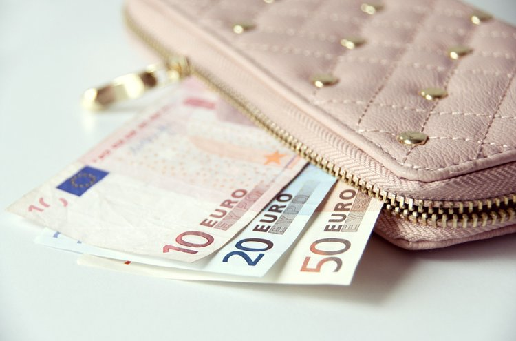 Kauneimmillaan naisten lompakot ovat kuin pikkulaukkuja. Käytännöllisimmistä löytyvät helposti niin kortit kuin käteinenkin.