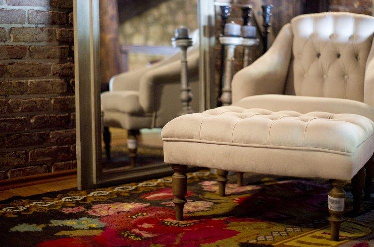 Maton tehtävänä olohuoneessa on koota istuinryhmä kauniisti yhteen. Maton tulisi olla riittävän iso, jotta nojatuolit ja sohva mahtuisivat sen päälle.