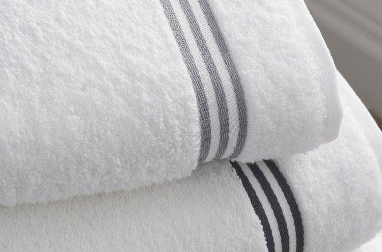 Aidot materiaalit ja ripaus luksusta ilahduttavat trendikkäissä pyyhkeissä.