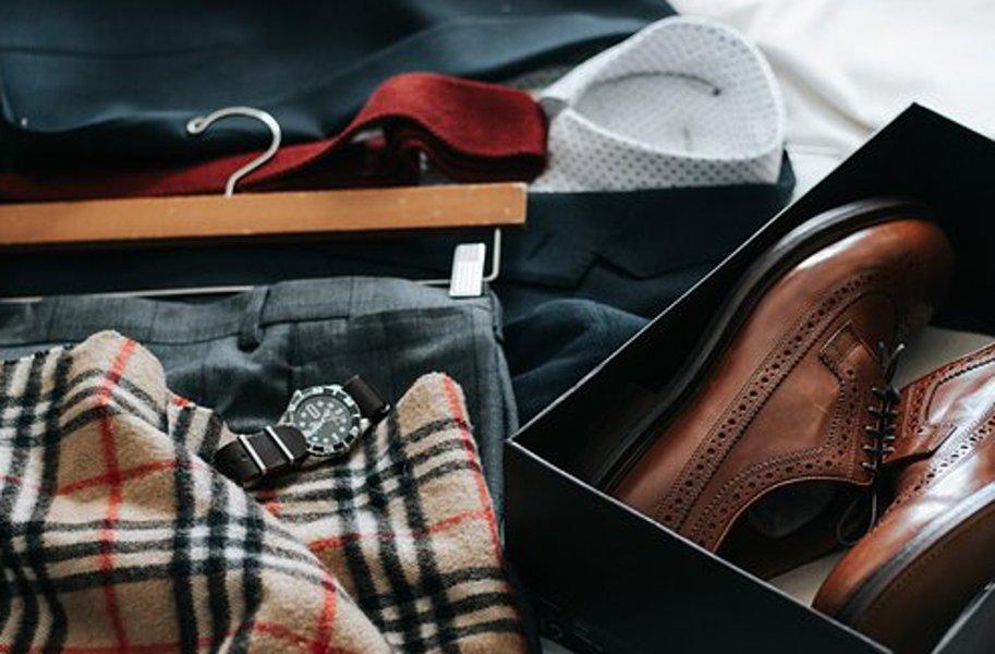 Myös miehille löytyy laaja valikoima vaatteita netistä.